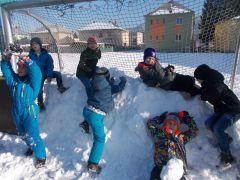 Pobyt detí na školskom dvore - hry v snehu